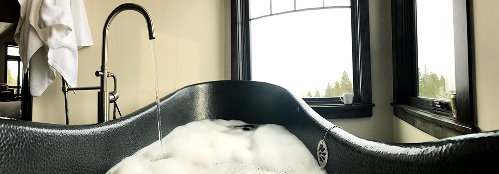 Morning Coffee in the Tub At Summit at Shockhill | Paragon Lodging